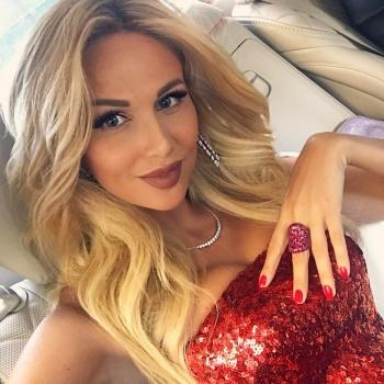 В аккаунте Виктории Лопыревой были опубликованы фото голых знаменитостей