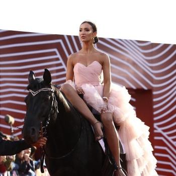 Ольга Бузова въехала на коне и получила свою первую премию МУЗ-ТВ