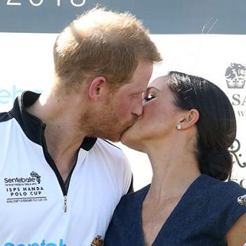Меган Маркл нарушила королевский запрет и поцеловала Гарри на публике